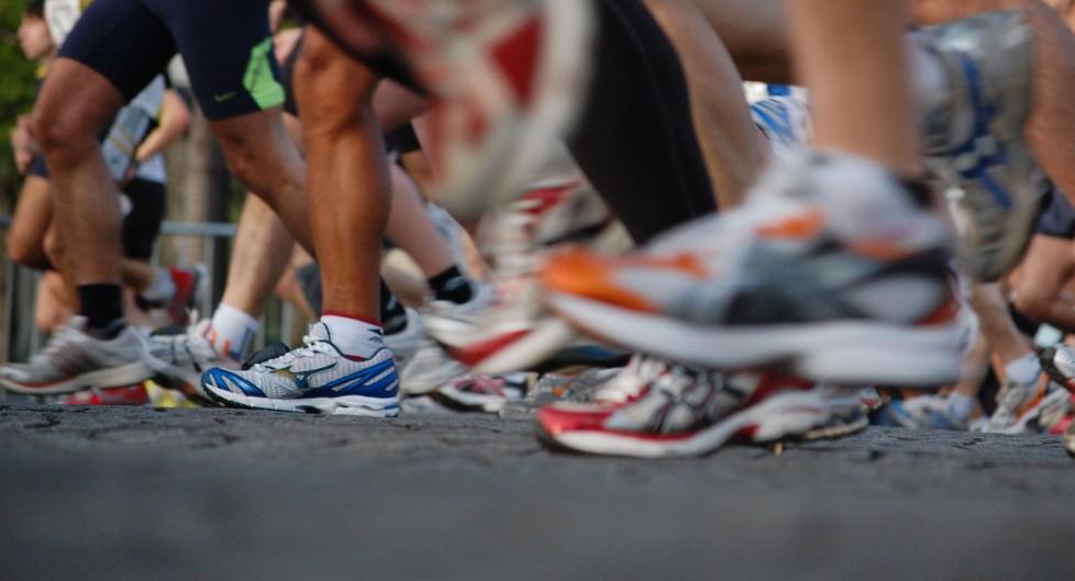 Sport überwindet kulturelle Unterschiede, Generationsgrenzen und Religionsgräben: Läufer am Paris Marathon 2009. Foto: Josiah Mackenzie (Flickr)