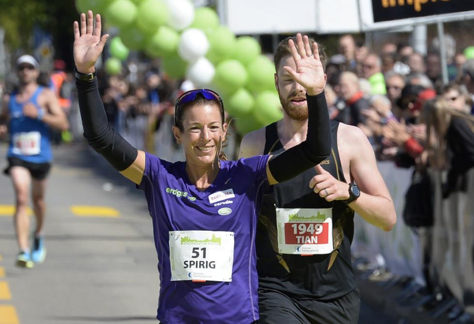 Die Schweizerin Nicola Spirig belegt den zweiten Platz bei den Frauen, beim Zuerich Marathon, am Sonntag, 19. April 2015, in Zuerich. (KEYSTONE/Steffen Schmidt)