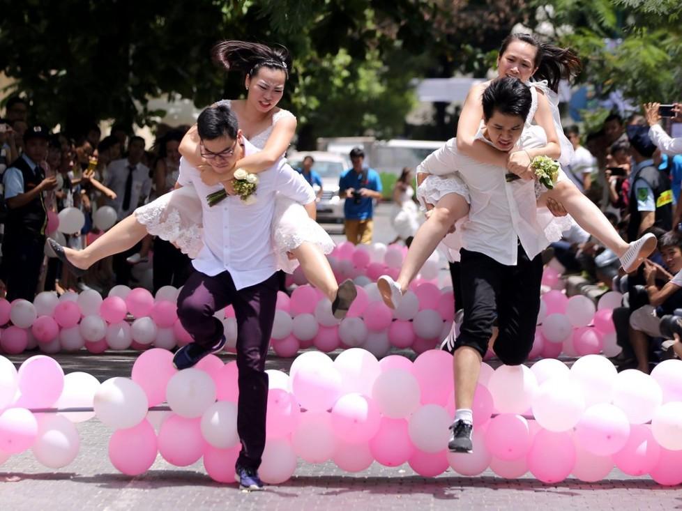 Auch das ist eine Strategie: Bräute lassen beim «Love and Challenge Marathon» in Hanoi, Vietnam, ihre Männer rennen. Foto: Luong Thai Linh (EPA, Keystone)