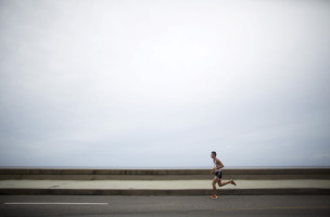 A competitor runs at the seafront boulevard El Malecon during the Marabana marathon in Havana, November 15, 2015. REUTERS/Alexandre Meneghini - RTS7814