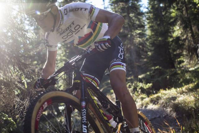 Er fährt auch im klassischen Renn-Outfit: Der mehrfache Mountainbike-Weltmeister Nino Schurter. SCOTT/Danuser