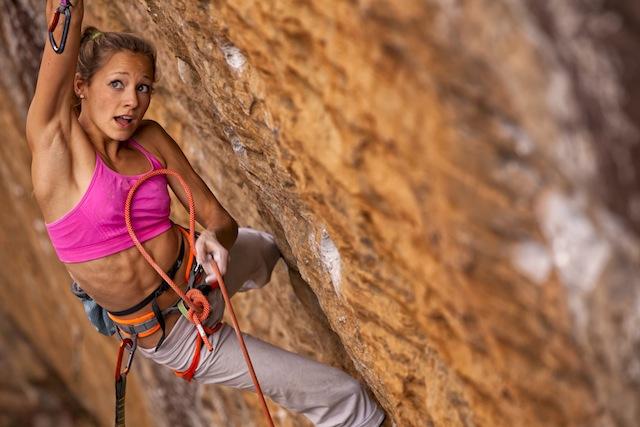 Die Amerikanerin Sasha DiGiulian ist blond, lackiert sich die Fingernägel pink, gehört zu den weltbesten Kletterinnen – und brachte ihren Vermarktungstross in die Eigernordwand. Foto: sasha-digiulian.com