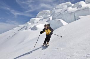 Ein Skitourengaenger faehrt am Freitag, 11. Mai 2012, vom Sustenhorn neben einem Gletscherabbruch ueber den Steingeletscher ab dem Tal bei Gadmen im Berner Oberland entgegen. (KEYSTONE/Arno Balzarini)