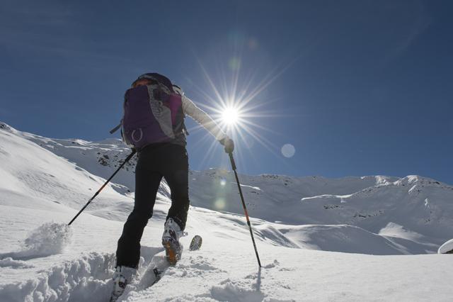 Weniger ist mehr: Skitourengeher setzen auf immer leichtere Materialien. (iStock)