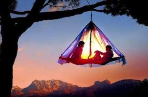 Romantisch und aufregend: Eine Nacht im Schwebebett im Hochseilgarten in der Höllschlucht, Deutschland.