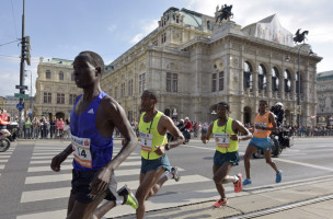 ABD0076_20150412 - WIEN - ÖSTERREICH: (v.l.), Suleiman Simotwo (KEN), Getu Feleke (ETH), Sisay Lemma (ETH), Beraki Beyene (ERI) am Sonntag,12. April 2015, während des 32.Vienna City Marathons in Wien. - FOTO: APA/HANS PUNZ