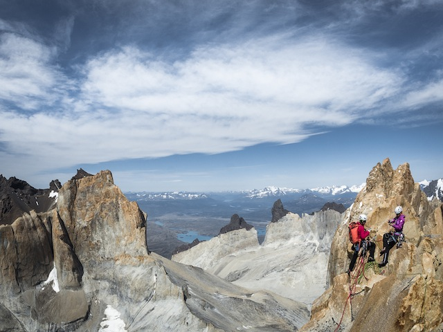 «Riders on the Storm» durchstiegen: Ines Papert and Mayan Smith-Gobat auf dem 2800 Meter hohen Gipfel des Torre Central. (Foto: Thomas Senf)