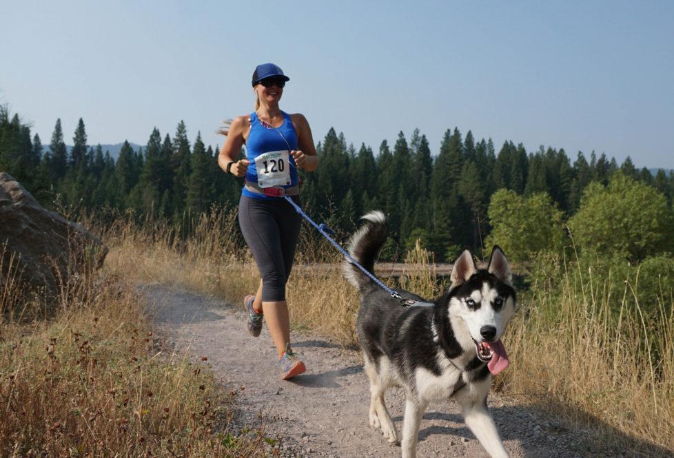 Das beste aus beiden Welten: Läuferin mit Hund am Headwaters Ultramarathon in Kalifornien. Foto: Sean Jeter (Flickr)