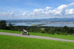 Auf dem Rückweg wieder in heimischen Gefielden mit dem Zürichsee und Seedamm im Hintergrund. (Martin Platter)