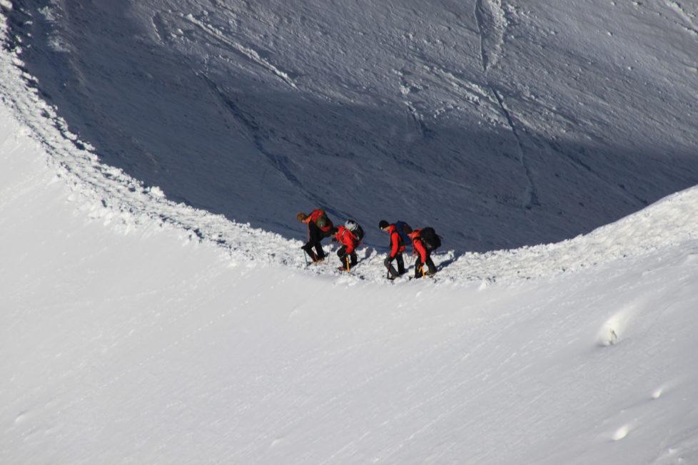 Alpinisten an der Aiguille du Midi im Mont-Blanc-Massiv. Foto: Cristian Bortes (Flickr)