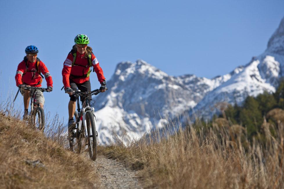 Mountainbiker auf einem Trail bei Scuol im Engadin. Foto: Alessandro Della Bella/Keystone