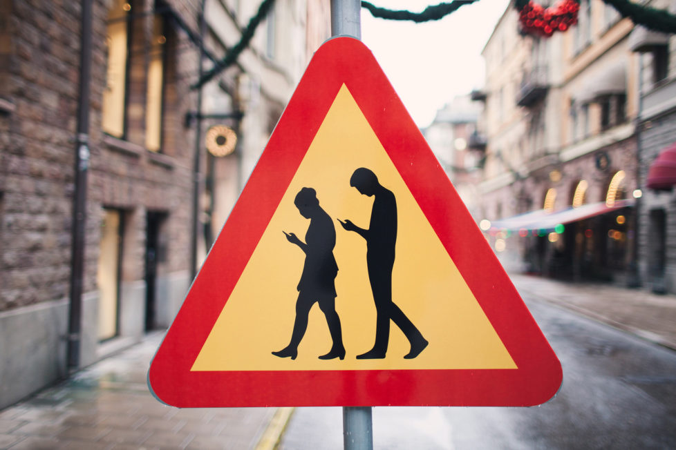 Vorsicht, Smombies: In Stickholm reagieren die Behörden mit Schildern auf die Handysstarrenden Fussgänger. Foto: Martin Platter