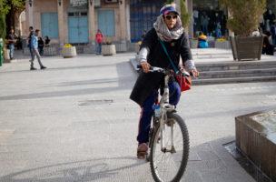 Damit soll nun Schluss sein: Radfahrerin im Iran. (Foto: Gonetravelo.com)