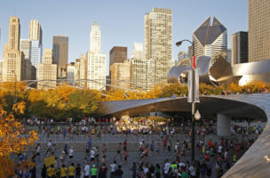 Runners start the Chicago Marathon October 9, 2011. REUTERS/Kamil Krzaczynski (UNITED STATES - Tags: SPORT) - RTR2SFWG