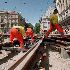 Schweiss am Sonntag, 7. Mai 2000: Gleisbauer auf dem Zürcher Paradeplatz. (Bild: Keystone)