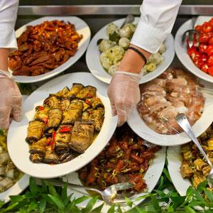 Frisch einkaufen senkt den Anteil weggeworfener Lebensmittel: Auslage von Antipasti bei Globus. (Bild: Keystone)