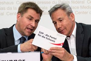 Parteipraesident Toni Brunner, links, und Nationalrat Adrian Amstutz, rechts, von der SVP, aeussern sich zur Zuwanderung, am Dienstag, 26. Mai 2015, in Bern. Die SVP ist nicht zufrieden mit den Vorschlaegen des Bundesrats zur Umsetzung der Masseneinwanderungsinitiative. Die Regierung missachte damit den Volkswillen. Die SVP lehnt es vor allem ab, dass die Zuwanderung aus Europa nur mit Zustimmung der EU begrenzt werden soll. Damit werde der EU ein Vetorecht betreffend der Schweizer Gesetzgebung eingeraeumt, erklaerte die SVP zum Ablauf der Vernehmlassungsfrist. (KEYSTONE/Peter Schneider)