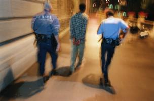 Festnahme eines Verdaechtigen in der Drogenszene der Stadt Zuerich am 17. September 2002. Polizisten der Spezialeinheit Turicum der Zuercher Stadtpolizei bei ihrer Arbeit in der Betaeubungsmittel-Szene auf der Strasse im Kreis 4 und 5 in Zuerich. (KEYSTONE/Gaetan Bally): FILM]