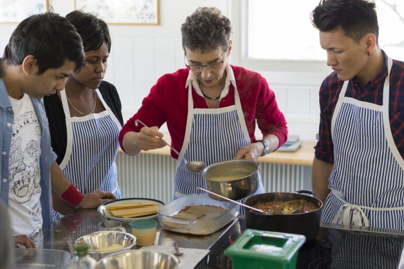 Der Hauswirtschaftsunterricht im Bildungszentrum Palottis in Schiers GR ist Teil des Programms «Sprache und Integration». Foto: Gian Ehrenzeller (Keystone)