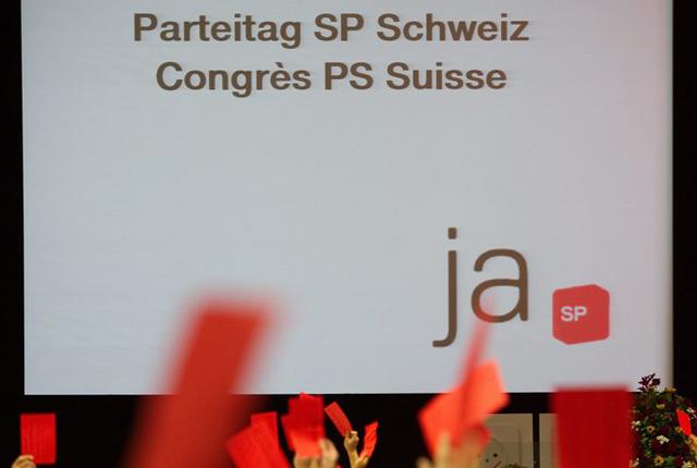 Les militants votent lors du congres ordinaire du Parti Socialiste Suisse / Ordentlicher Parteitag der SP Schweiz, ce samedi, 30 Octobre 2010, a Lausanne. (KEYSTONE/Jean-Christophe Bott)