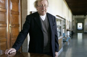 epa03929958 German philosopher and thinker, Peter Sloterdijk poses for the photographers before receiving the 3rd Bento Spinoza Award for his essay 'Anger and Time', in Santiago de Compostela, in the north-western province of Galicia, Spain, 30 October 2013.  EPA/Xoan Rey