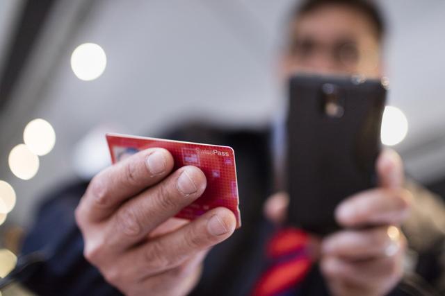 Denn sie wissen, was sie tun? Ein Kondukteur scannt einen Swisspass. Foto: Gaëtan Bally (Keystone)