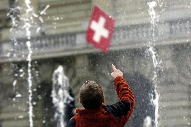 Ein kleiner Bub erfreut sich an den Fontaenen auf dem Bundesplatz, am Mittwoch, 22.Maerz 2006, in Bern. Mit Beginn des astronomischen Fruehlings ist das Wasserspiel gestern Dienstag, 21, Maerz 2006, aus dem Winterschlaf geweckt worden. Das Wasserspiel laeuft - mit gleicher Choreographie wie letztes Jahr - bis Ende Oktober. (KEYSTONE/Edi Engeler)