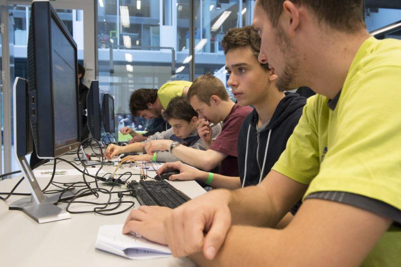 Des membres de l'EPFL enseignent a des enfants le moyen de creer un detecteur de parents, lors de la journee des portes ouvertes de la Faculte Informatique et Communications (IC) de l'EPFL, ce samedi 22 novembre 2014, a l'EPFL de Lausanne. (KEYSTONE/Anthony Anex)