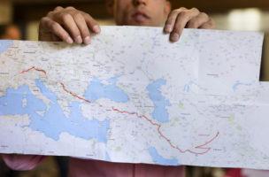 Ein Fluechtling aus Afghanistan zeigt auf eine Karte sein weg bis zu die Schweiz, aufgenommen in Asylzentrum in Rigi Kloesterlia ma samstag 7. Mai 2016. (KEYSTONE/Gaetan Bally)