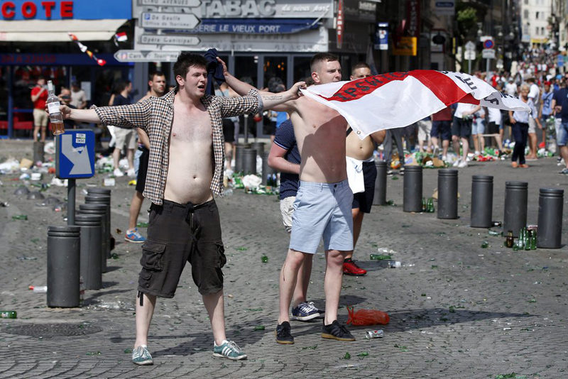 epa05357965 English supporters at the Old Port of Marseille, France, 11 June 2016, before the UEFA EURO 2016 group B preliminary round match between England and Russia. EPA/GUILLAUME HORCAJUELO