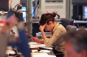 Eine Frau arbeitet an ihrem Arbeitsplatz im Haendlerraum des 'United Trading Floor' im UBS Warburg Dillon Read Center in Opfikon ZH, aufgenommen am 14. Mai 2001. (KEYSTONE/Martin Ruetschi)   : Negativ]
