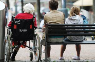 Frauen aus drei Generationen sitzen nebeneinander auf einer Bank am Donnerstag, 6. September 2012, in Zuerich. (KEYSTONE/Steffen Schmidt)