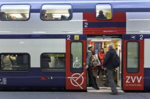 Pendler am fruehen Morgen im  S-Bahn Bahnhof Zuerich Altstetten, aufgenommen am 3. April 2012. (KEYSTONE/Gaetan Bally)
