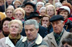 Plusieurs centaines de personnes agees ont manifester leurs Ras-Le-Bol, concernant les augmentations generalisees, ce mardi 10 fevreir 2004 a Geneve. l'AVIVO L'association de defense et de detente de tous les retraites et futurs retraites ont appelles tous ses membres a descendre dans la rue pour manifester contre le cout de la vie, loyers, assurance maladie, impots, et crier stop, ca suffit!. (KEYSTONE/Martial Trezzini)