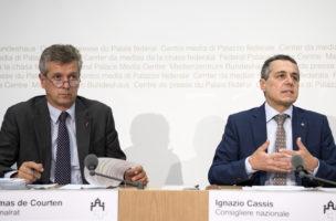 Die Nationalräte Thomas der Courten und Ignazio Cassis von der SGK-Kommission informieren über das Zwischenresultat zur Reform «Vorsorge 2020» (19. August 2016). (Keystone/Peter Schneider)