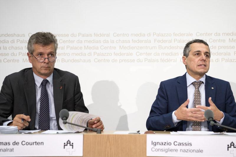 Die Nationalräte Thomas der Courten und Ignazio Cassis von der Kommission für soziale Sicherheit und Gesundheit des Nationalrates informieren über das Zwischenresultat zur Reform Altersvorsorge 2020, (19. August 2016) (Keystone/Peter Schneider)