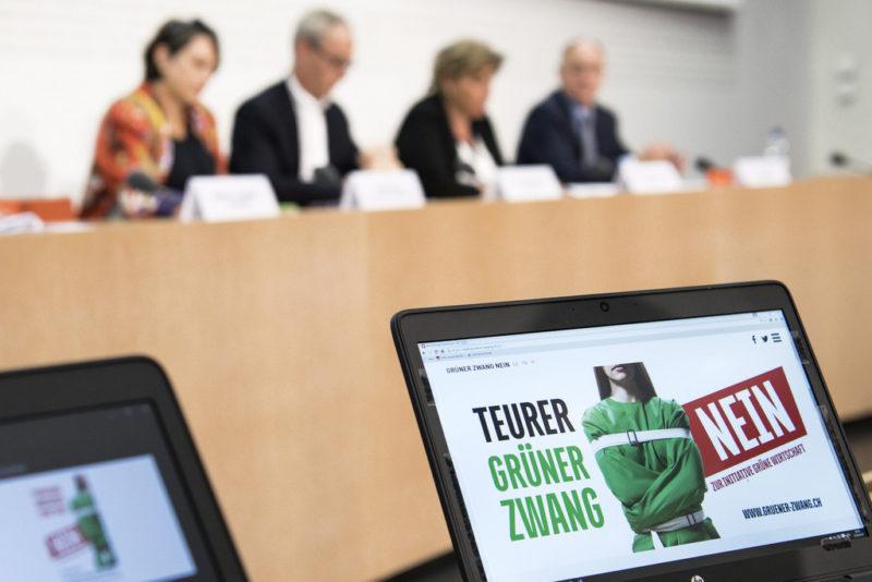 """Überparteiliches Komitee """"Nein zum grünen Zwang"""" an einer Medienkonferenz zur Volksinitiative """"Grüne Wirtschaft"""" (22. August 2016). (Keystone/Peter Schneider)"""