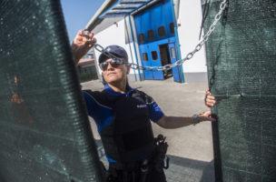 Bis hierher und nicht weiter: Eine Mitarbeiterin der Kantonspolizei Tessin vor dem neuen Rückfuehrungszentrum in Mendrisio-Rancate. Foto: Samuel Golay (Keystone)