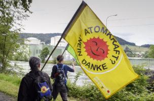 Genug vom Fortschrittsargument: Demonstrationswanderung vor dem AKW Beznau. (Keystone)