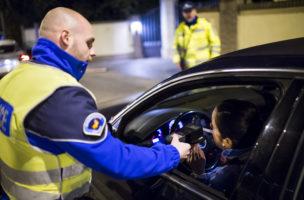 Die totale Kontrolle: Alkoholtest bei Autofahrern in der Romandie. Foto: Jean-Christophe Bott (Keystone)