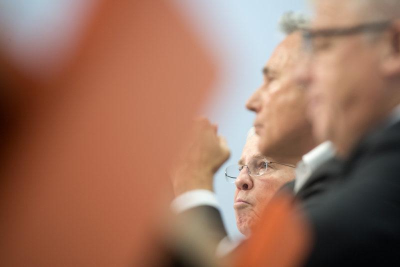 Architekten der SVP: Alt-Bundesrat Christoph Blocher, Adrian Amstutz und Peter Föhn (v.l.) an der Pressekonferenz zur Umsetzung der Masseneinwanderungsinitiative. Foto: Marcel Bieri (Keystone)