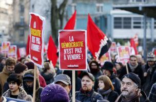Demokratie ist nicht käuflich: Anti-Tisa-Demonstranten in Genf (4. Dezember 2016). Foto: Magali Girardin (Keystone)