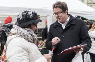 SVP-Praesident Albert Roesti, SVP-BE, rechts, im Gespraech mit einer Passantin, eroeffnet die Unterschriftensammlung fuer ein Referendum gegen die Energiestrategie 2050, welche vom Parlament verabschiedet wurde, am Rand er der Wintersession der Eidgenoessischen Raete, am Montag, 28. November 2016, in Bern. (KEYSTONE/Anthony Anex)