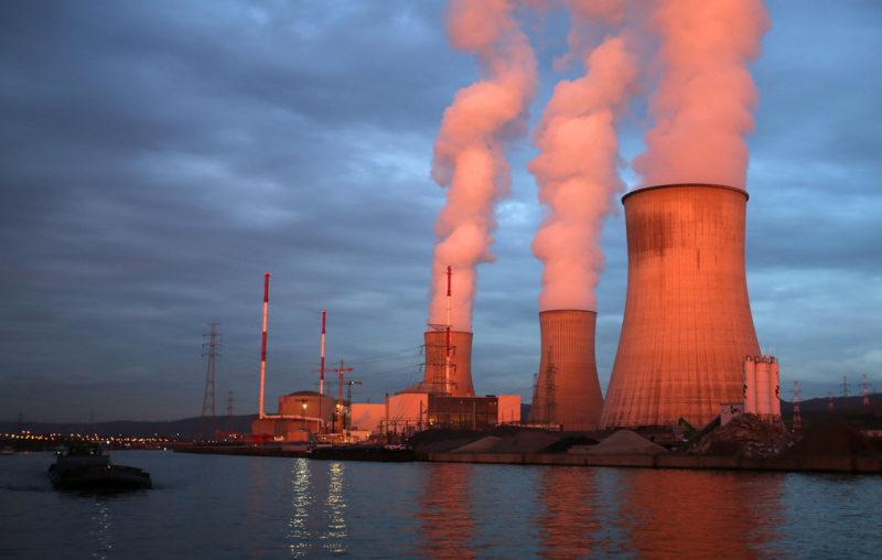 Mit Blochers Strategie nimmt die Abhängigkeit vom Ausland zu, nicht ab: Das umstrittene belgische Atomkraftwerk Tihange. Foto: Oliver Berg (DPA, Keystone)