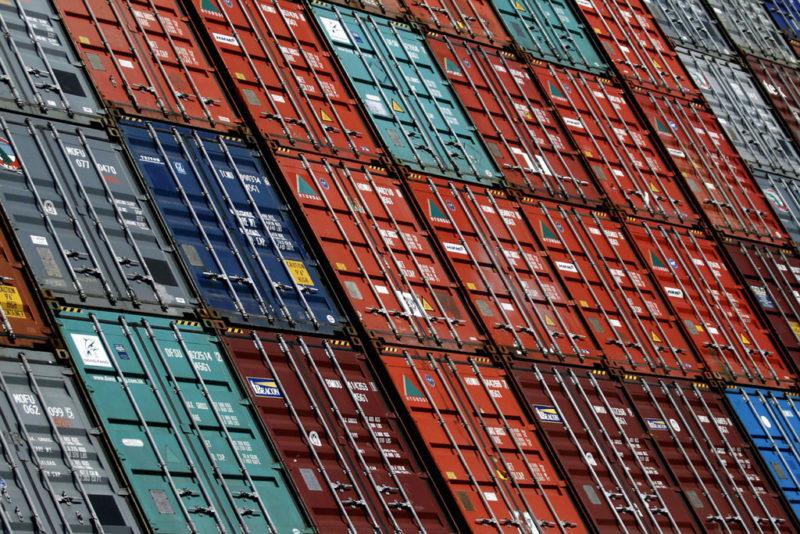 Für viele ist die Globalisierung eher Bedrohung als Segen: Container im Hafen von Hamburg. Foto: Philipp Guelland (AP Photo, Keystonte )
