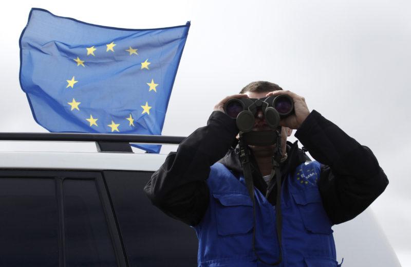 Wie zufälllig ist der europäische Frieden? Ein Beobachter der EUMM, der europäischen Beobachermission, an der Grenze zwischen Russland und Georgien, 2013. Foto: David Mdzinarishvili (Reuters)