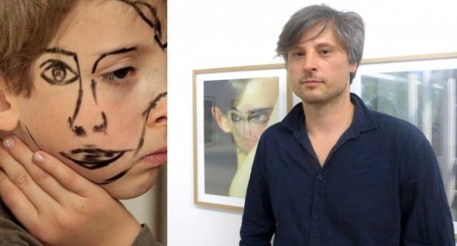 «Doublefaced 1», Sebastian Bieniek vor seinen Werken in der Galerie von Senger