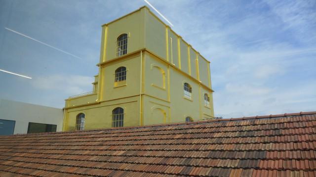 Ein «güldenes» Haus, wie im Märchen. Die Fassade ist mit 24-Karat-Blattgold ausgelegt. Das sei das Billigste Verkleidungsmaterial gewesen, sagt Koolhaas, und es reflektiert das Licht so schön!