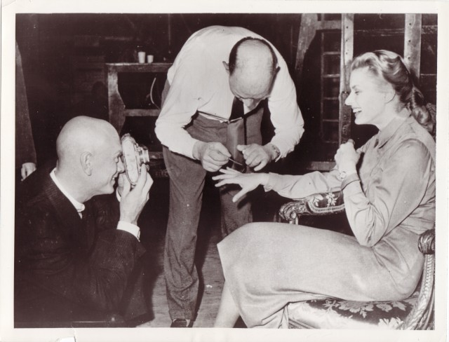 Was wird hier Ingrid Bergmann an die Hand gemalt?