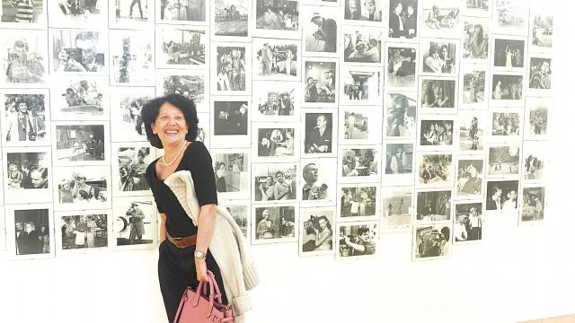 Susanna Kulli in ihrer Galerie vor dem Werk «Jericho»